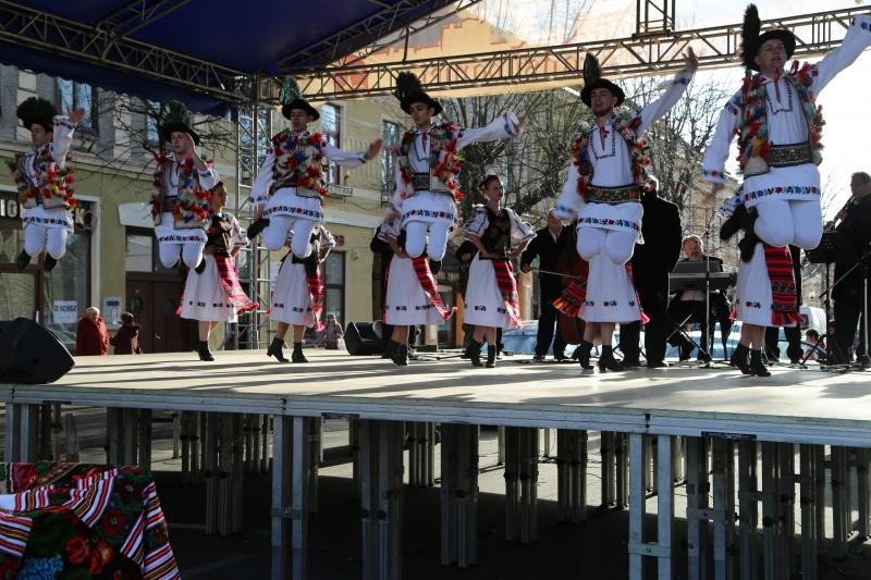 DRAGOBETELE, SĂRBĂTOAREA IUBIRII LA ROMÂNI, PE RITMURI DE FOLCLOR