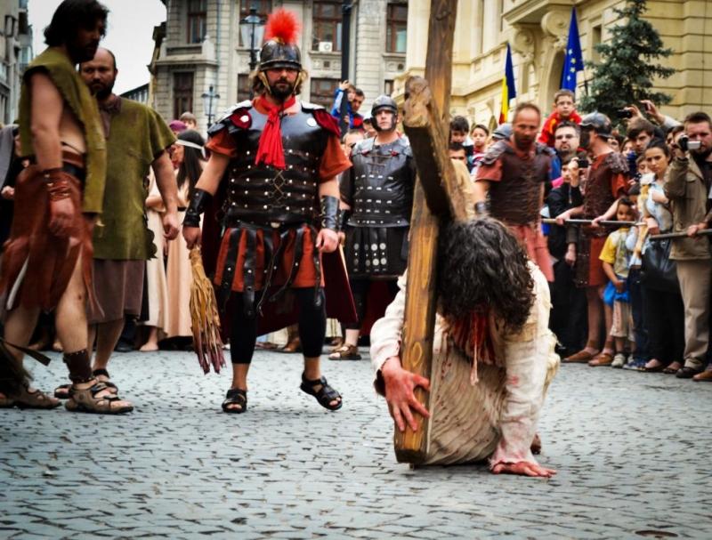 PROF.DR. DOREL COSMA: ACTORUL CE-L INTERPRETEAZĂ PE IISUS A AJUNS DEJA LA BISTRIȚA. ÎN PIEȚELE PRINCIPALE VOR FI PREZENȚI SOLDAȚI ROMANI, IAR PILAT ÎL VA JUDECA PE IISUS PE SCENA DE LA APOLLO
