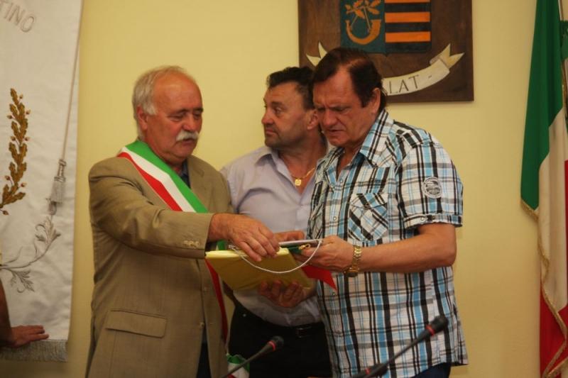CARAVANA FOLCLORICĂ I.G.F. I-A ADUS DR. DOREL COSMA DISTINCŢIA PENTRU MERITE CULTURALE ÎN ITALIA ŞI MEDALIA ORAŞULUI VOIRON, ÎN FRANŢA