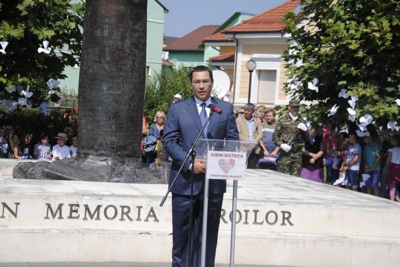 PRIM-MINISTRUL VICTOR PONTA ȘI VICE-PREMIERUL LIVIU DRAGNEA PREZENȚI LA CEREMONIALUL MILITAR RELIGIOS, LA MONUMENTUL EROILOR!